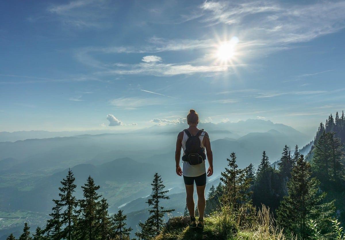 """รูป hiker 918473 1280 ประกอบเนื้อหา ตกลงเราชอบการท่องเที่ยวไหม ? """"นั่งคิดอยู่บ้าน จะรู้ไหม...ออกไปลองสิ"""""""